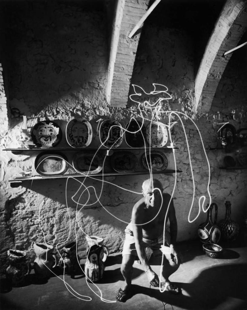 Pablo Picasso draws with light