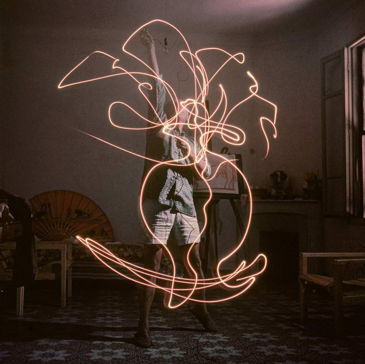 Pablo Picasso draws with light